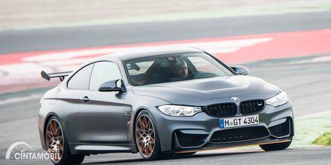Gambar sebuah mobil BMW M4 berwarna silver dilihat dari sisi depan