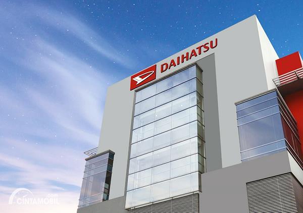 Foto logo Daihatsu terpampang jelas di atas gedung