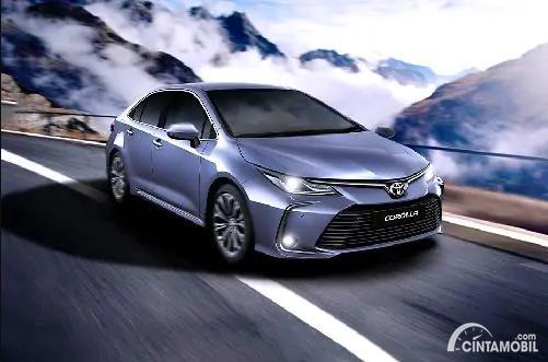 Gambar sebuah mobil Toyota Corolla berwarna silver dilihat dari sisi depan