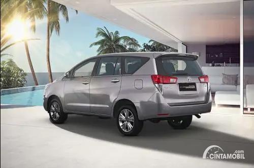 Gambar menunjukkan sebuah mobil Toyota Kijang Innova berwarna silver dilihat dari sisi belakang