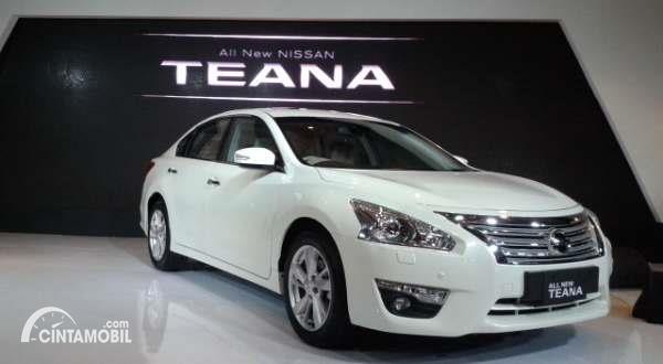 Gambar sebuah mobil Nissan Teanan berwarna silver dilihat dari sisi depan