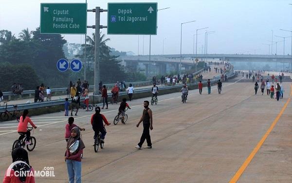 Foto warga berolah raga di proyek jalan Tol Serpong-Cinere