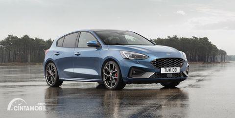 Gambar menunjukkan sebuah mobil Ford Focus berwarna biru dilihat dari sisi depan
