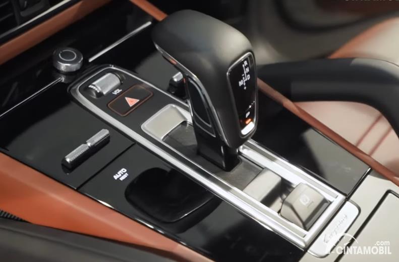 fitur Porsche Cayenne Coupe 2020 berwarna hitam