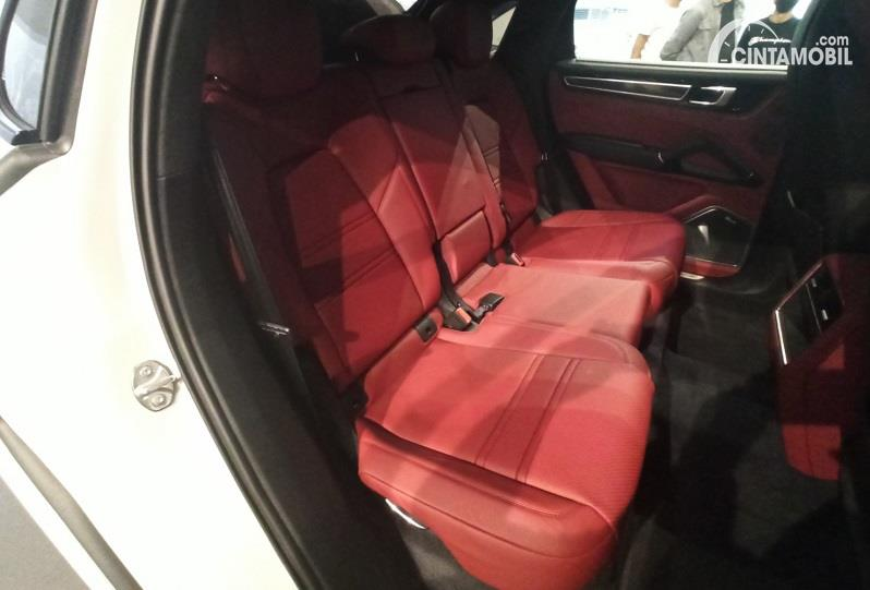 kursi Porsche Cayenne Coupe 2020 berwarna merah