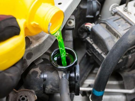 Tambahkan air radiator mobil