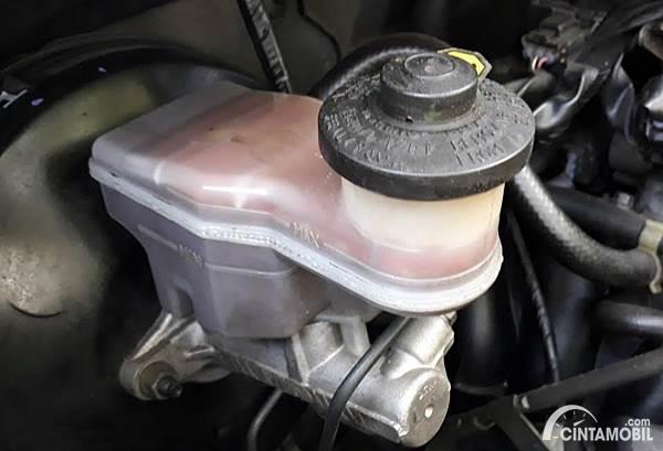 Tempat minyak rem mobil