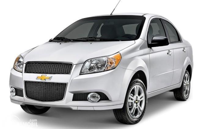 Gambar menunjukkan sebuah mobil Chevrolet Aveo berwarna biru dilihat dari sisi depan