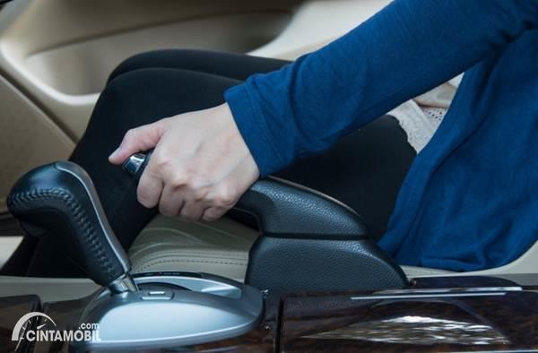 Hindari Kebiasaan Aktifkan Rem Tangan Terlalu Lama Saat Parkir di Rumah