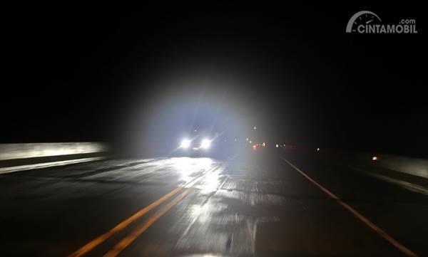 Jangan Sembarangan Menyalakan Lampu Jauh Mobil di Malam Hari