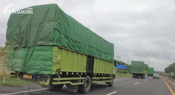 Foto truk ODOL melintas di jalan tol menuju pelabuhan Merak Banten