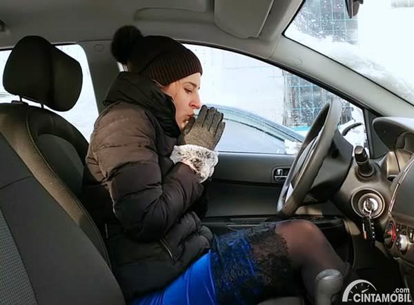 Di mobil terlalu dingin