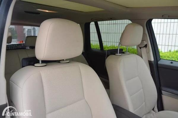 Foto menunjukkan headrest mobil dengan fitur Active Headrest