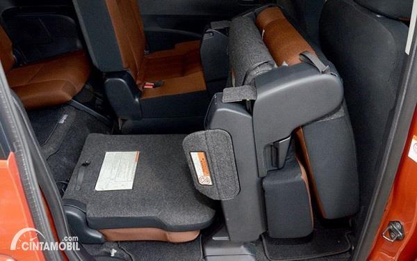 Foto menunjukkan kursi belakang mobil terlipat