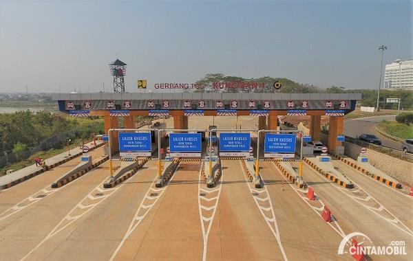 Foto menunjukkan Gerbang Tol Kunciran 4