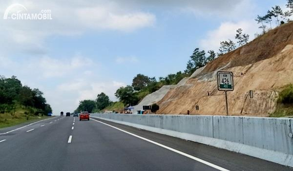 Foto menunjukkan lokasi longsor Tol Ungaran-Semarang yang tengah diperbaiki dilihat dari seberang jalan