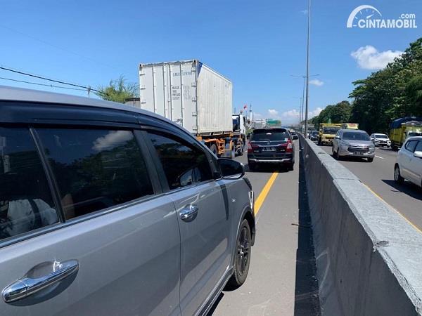 Foto menunjukkan kepadatan lalu lintas di jalan tol