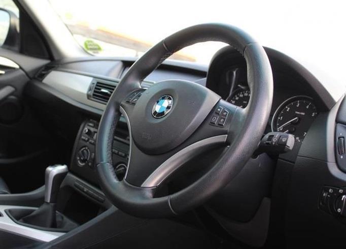 setir BMW X1 2011 berwarna hitam
