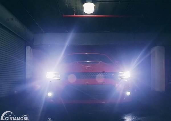 Lampu utama mobil menyala