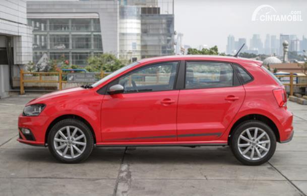 tampilan samping Volkswagen Polo 2020 berwarna merah