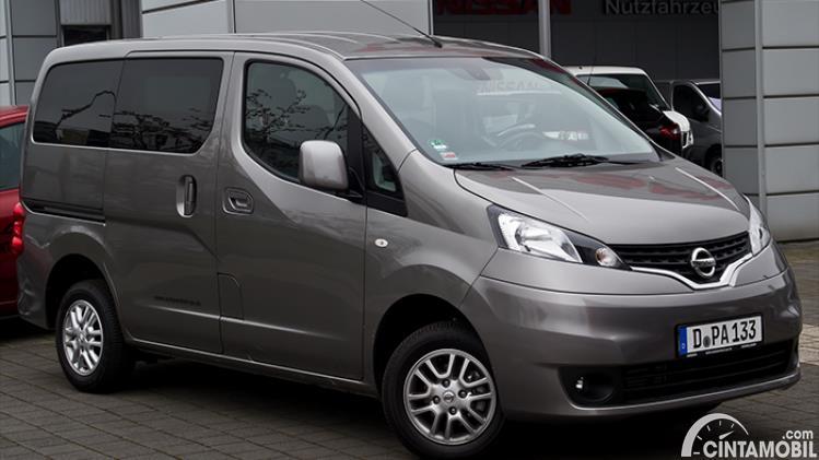 Gambar menunjukkan generasi pertama dari Nissan Evalia