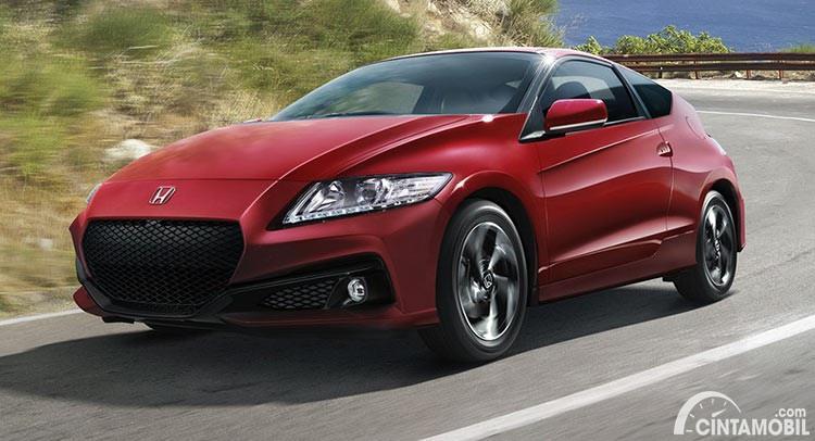 Gambar menunjukkan sebuah mobil Honda CR-Z berwarna merah dilihat dari sisi depan