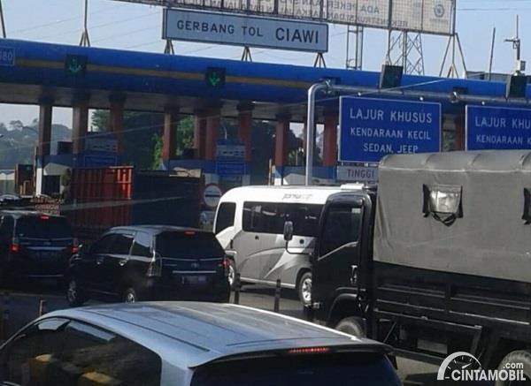 Foto menunjukkan Gerbang Tol Ciawi padat