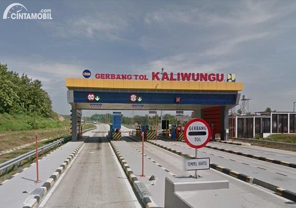 Foto menunjukkan Gerbang Tol Kaliwungu