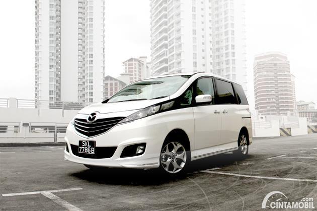 Gambar menunjukkan sebuah mobil Mazda Biante berwarna putih dilihat dari sisi depan