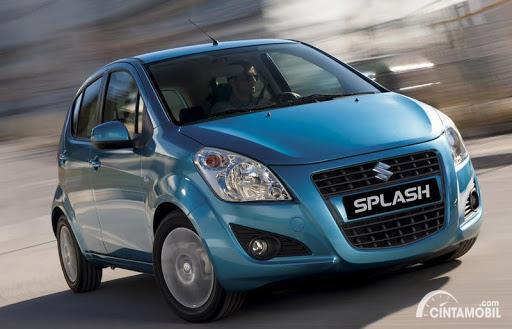 Gambar menunjukkan sebuah mobil Suzuki Splash berwarna biru dilihat dari sisi depan