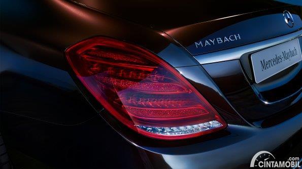eksterior belakang Mercedes-Maybach S 560 2018 berwarna hitam