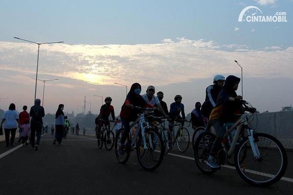 Foto warga Bersepeda di proyek jalan tol Serpon-Cinere
