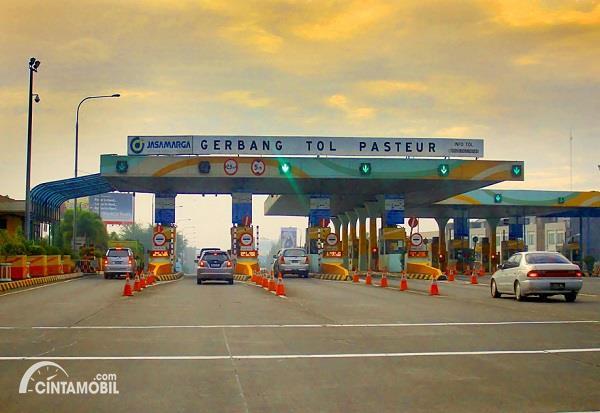 Foto menunjukkan sejumlah kendaraan melakukan pembayaran di Gerbang Tol Pasteur