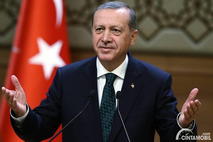 Presiden Turki Endorgan memakai jas berwarna hitam