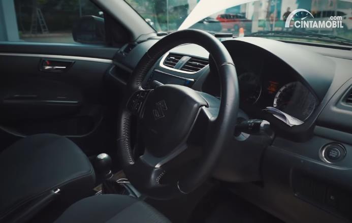 interior Suzuki Swift berwarna hitam