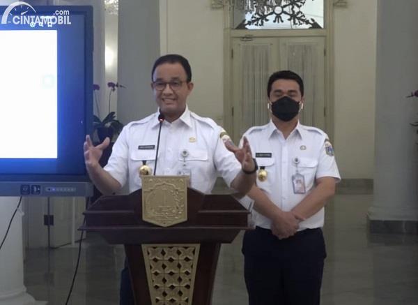 Foto menunjukkan Gubernur DKI Anies Baswedan mengumumkan PSBB