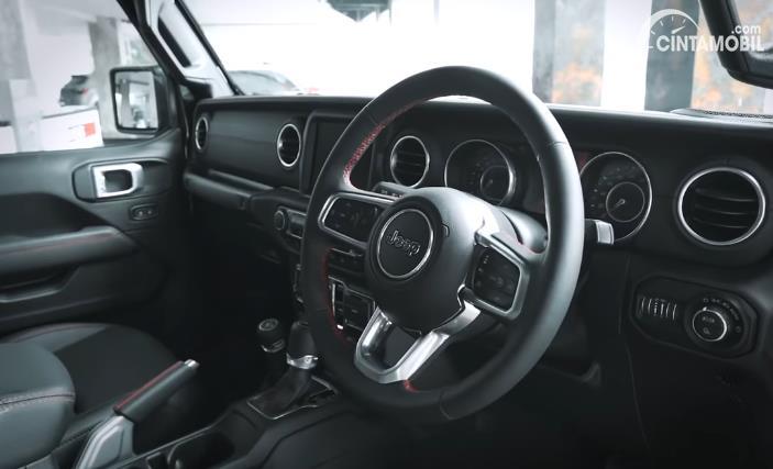 setir Jeep Gladiator JT 2020 berwarna hitam