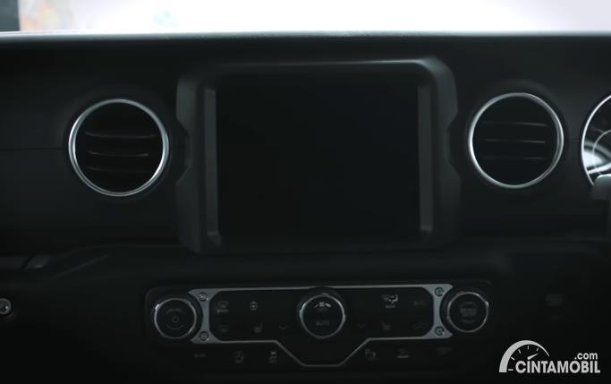 head unit Jeep Gladiator JT 2020 berwarna hitam
