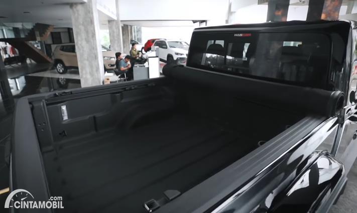 bak belakang Jeep Gladiator JT 2020 berwarna hitam
