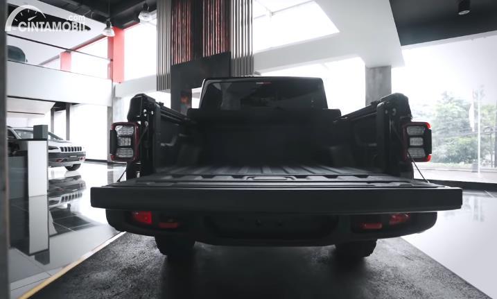 Tampilan belakang Jeep Gladiator JT 2020 berwarna hitam
