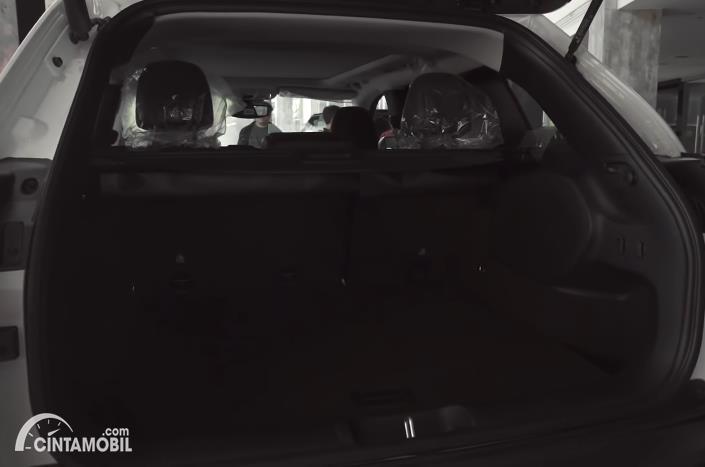 bagasi Jeep Cherokee Trailhawk 2020 berwarna hitam