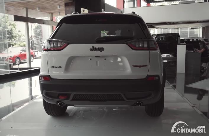 tampilan belakang Jeep Cherokee Trailhawk 2020 berwarna putih