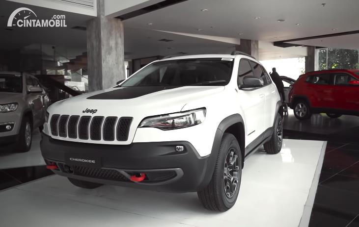 tampilan samping Jeep Cherokee Trailhawk 2020 berwarna putih