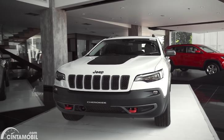 tampilan depan Jeep Cherokee Trailhawk 2020 berwarna putih