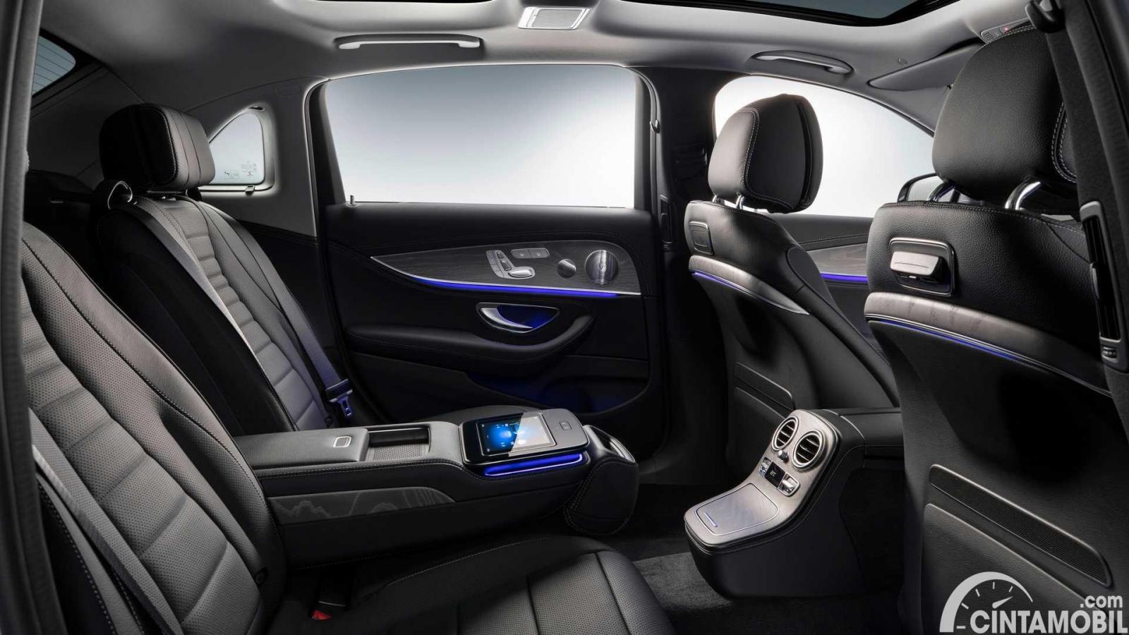 Kursi belakang Mercedes-Benz E-Class 2021 LWB