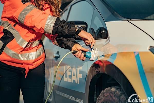 Nissan Re-Leaf charging