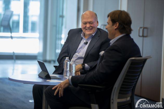 Gambar menunjukan CEO Baru Ford