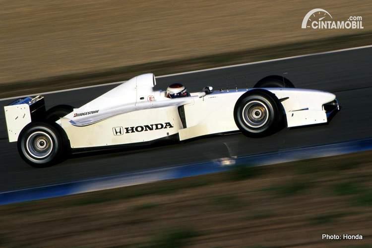Jos Verstappen sedang mengetes prototype Honda RA099