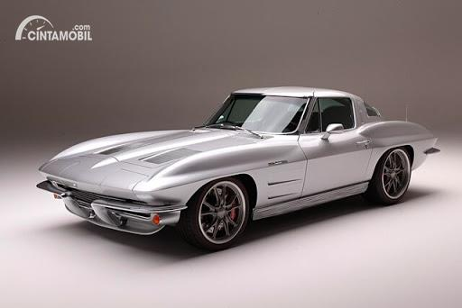 mobil klasik Corvette Stingray 1963 berwarna perak