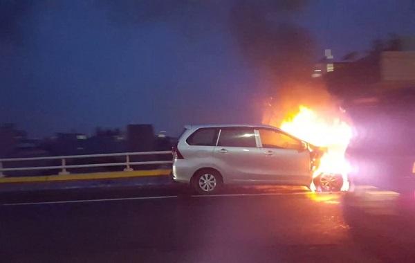 Foto Mobil terbakar di jalan tol
